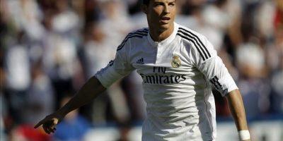 El delantero portugués del Real Madrid, Cristiano Ronaldo, celebra la consecución del primer gol de su equipo ante el Levante UD, durante el partido de la octava jornada de liga en Primera División disputado en el estadio Ciutat de València. EFE