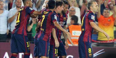 Los jugadores del FC Barcelona celebran el primer gol ante el Eibar, durante el partido de la octava jornada de Liga en Primera División. EFE