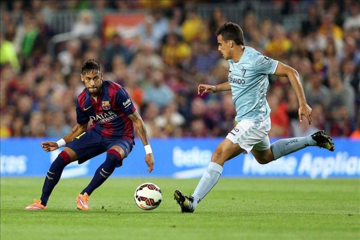 El delantero brasileño del Barcelona Naymar da Silva (i) pelea un balón con el defensa del Eibar Luis Garcia, en el partido de la octava jornada de liga en Primera División. EFE