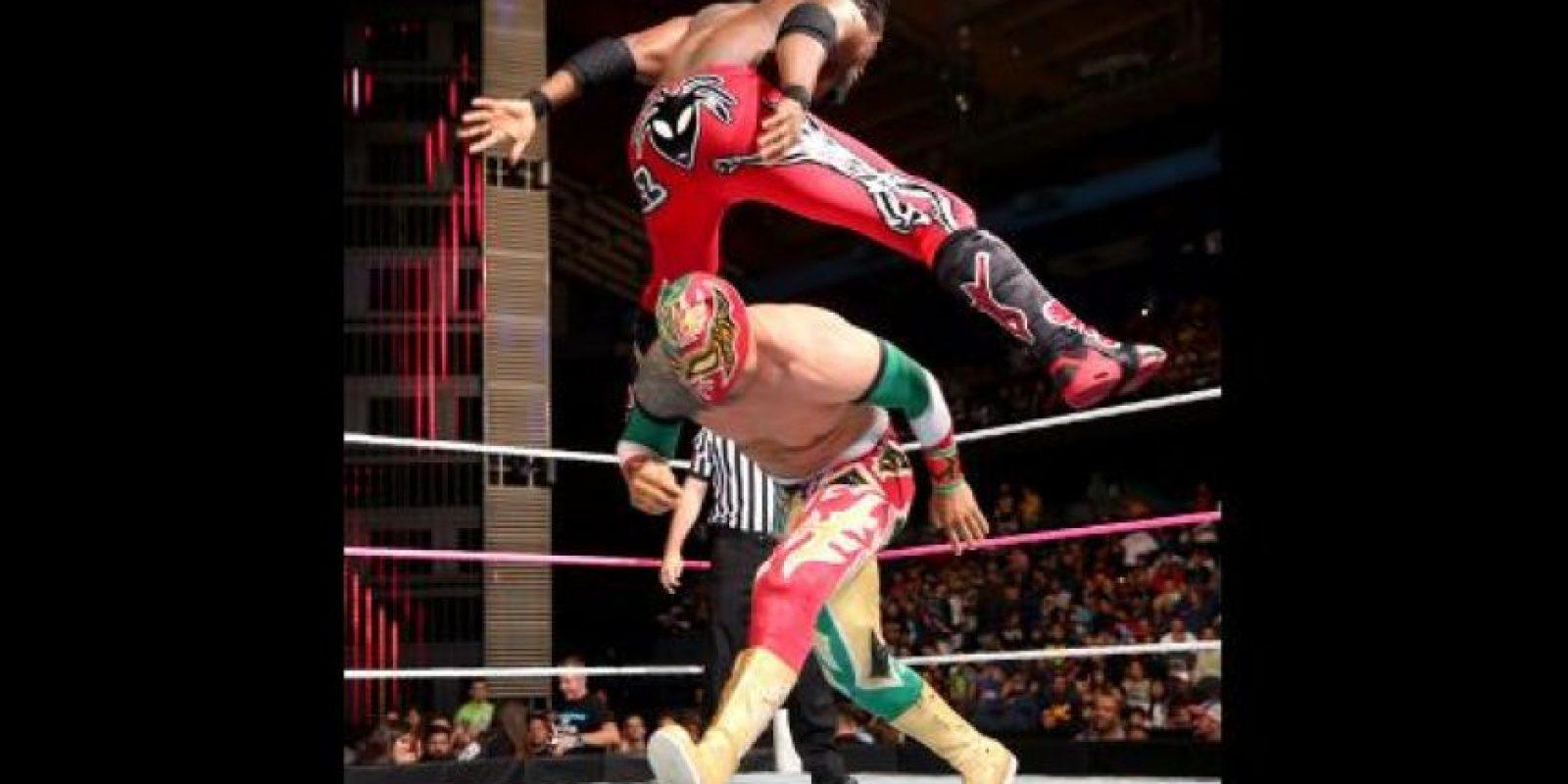 Y también la lucha a ras de lona Foto:WWE