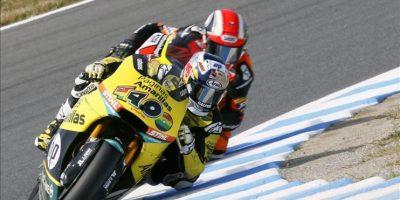 El piloto español de Moto 2 Maverick Viñales participa en una sesión de entrenamientos libres en el circuito de Motegi (Japón). EFE/Archivo