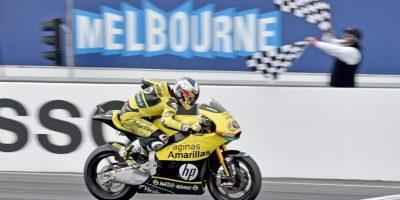 El piloto español de Moto2 Maverick Viñales, de Paginas Amarillas HP 40, cruza la línea de meta en la Gran Premio de Australia. EFE