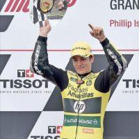 El piloto español de Moto2 Maverick Viñales, de Paginas Amarillas HP 40, celebra su triunfo en el Gran Premio de Australia. EFE