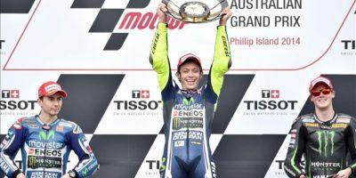 El piloto italiano de MotoGP Valentino Rossi (c), de Movistar Yamaha MotoGP, celebra su triunfo en el Gran Premio de Australia. El español Jorge Lorenzo (izq), de Movistar Yamaha MotoGP, fue segundo, y el británico Bradley Smith (dcha), de Monster Yamaha Tech, fue tercero. EFE