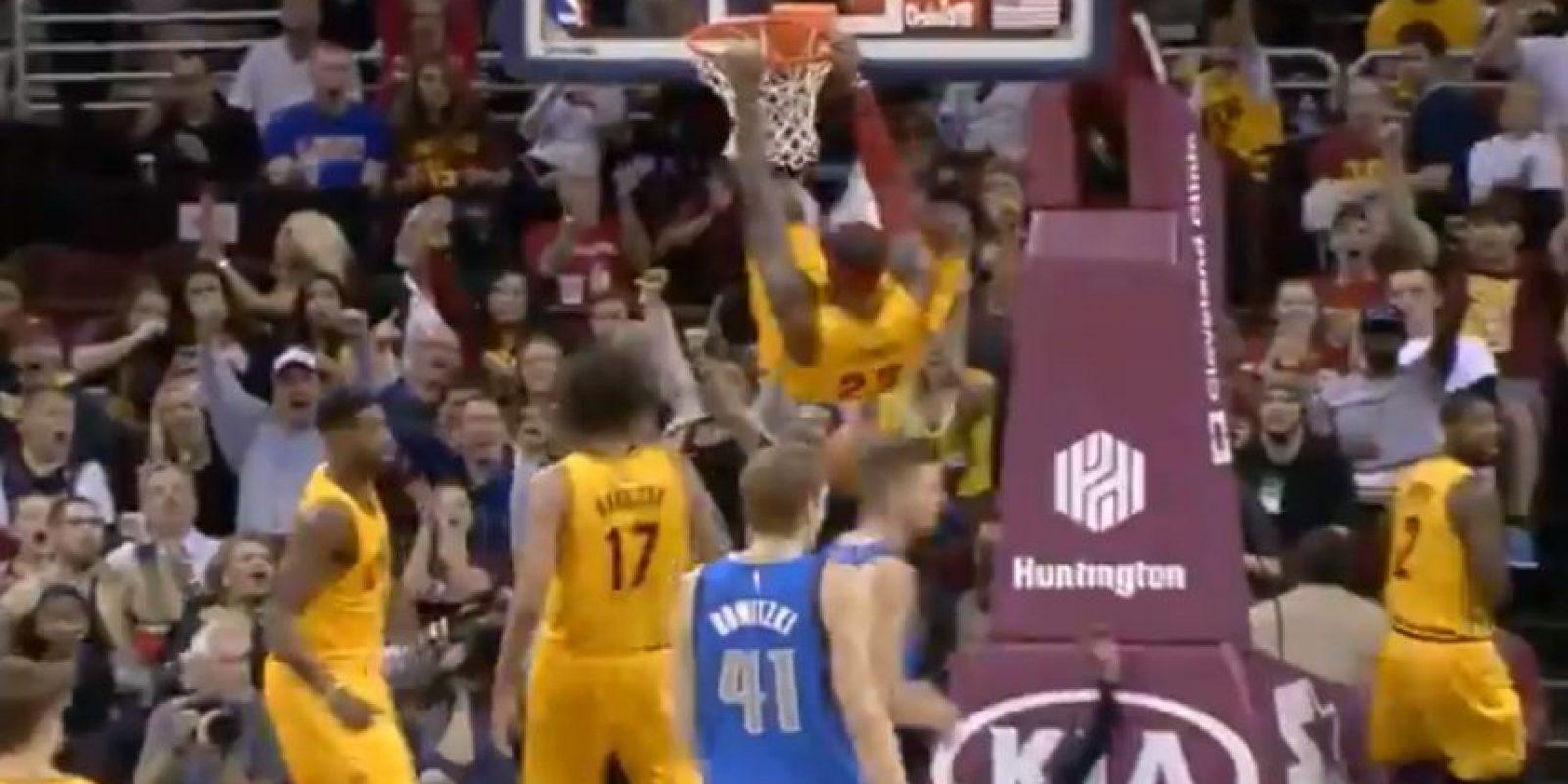 """""""The King"""" culminó un espectacular alley-oop en el partido de pretemporada ante Dallas Foto:Youtube: NBA Highlights"""