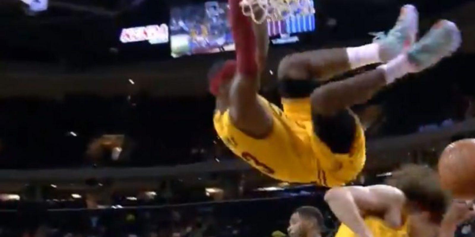 Se quedó colgado del aro con poder Foto:Youtube: NBA Highlights