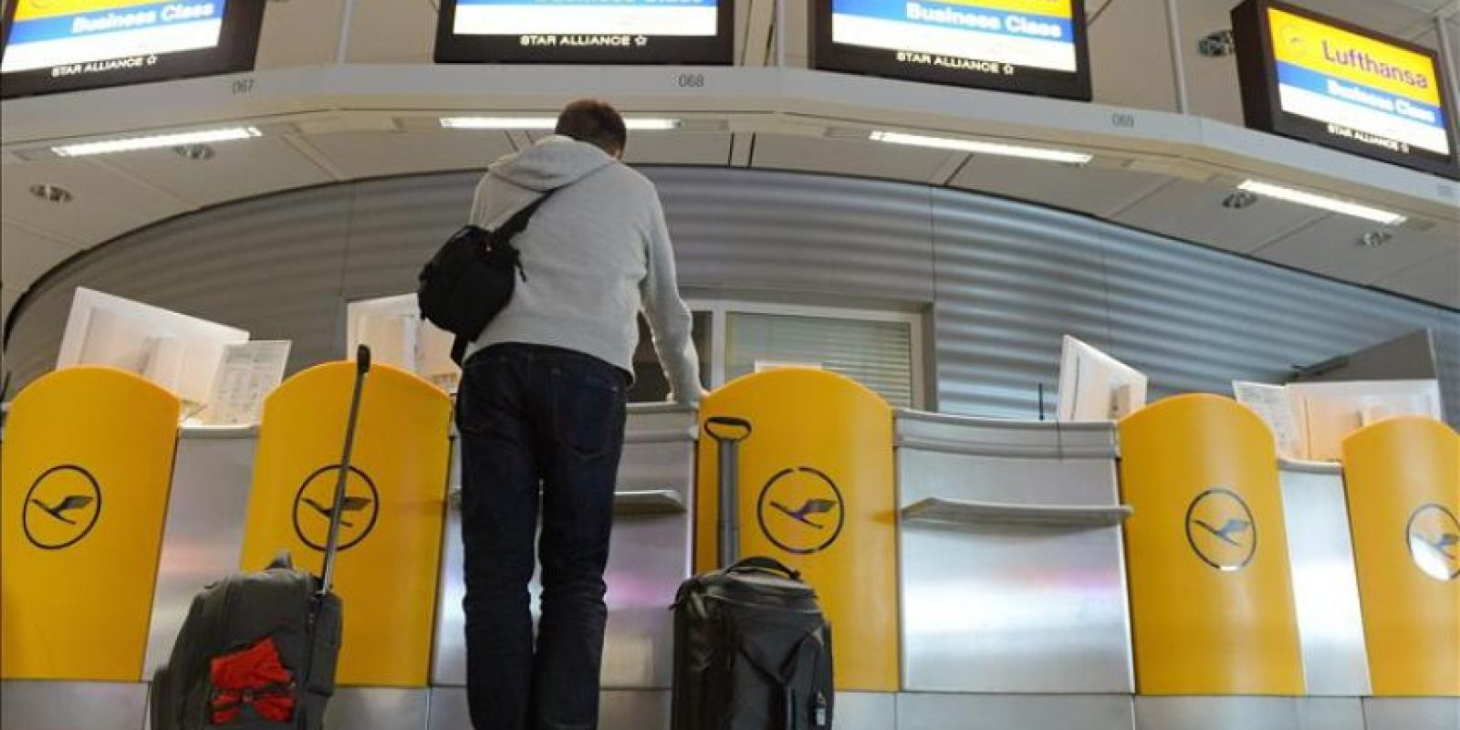 La compañía aérea alemana Lufthansa ha cancelado 1.400 vuelos por la huelga de 35 horas de los pilotos, que comenzará hoy a las 11.00 horas GMT con los vuelos de corta y media distancia y va a afectar a unos 200.000 pasajeros. EFE