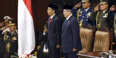 El nuevo presidente indonesio, Joko Widodo (izda), permanece en pie junto al expresidente, Susilo Bambang Yudhoyono (dcha) durante su investidura en el Parlamento hoy en Yakarta. EFE