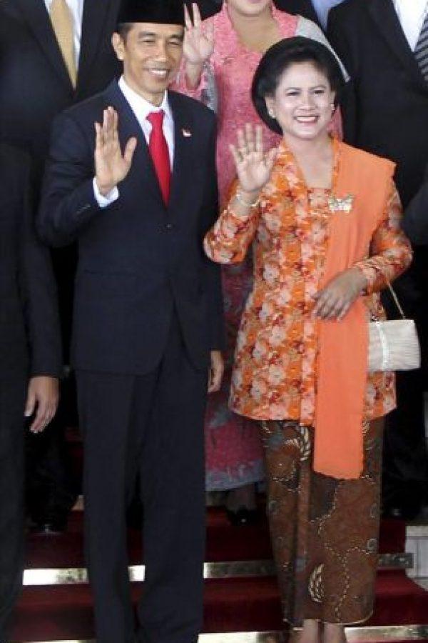 El nuevo presidente indonesio, Joko Widodo (izda), y su mujer, Iriana Joko Widodo (d), saludan durante la foto de familia de su investidura como nuevo presidente en el Parlamento hoy en Yakarta. EFE