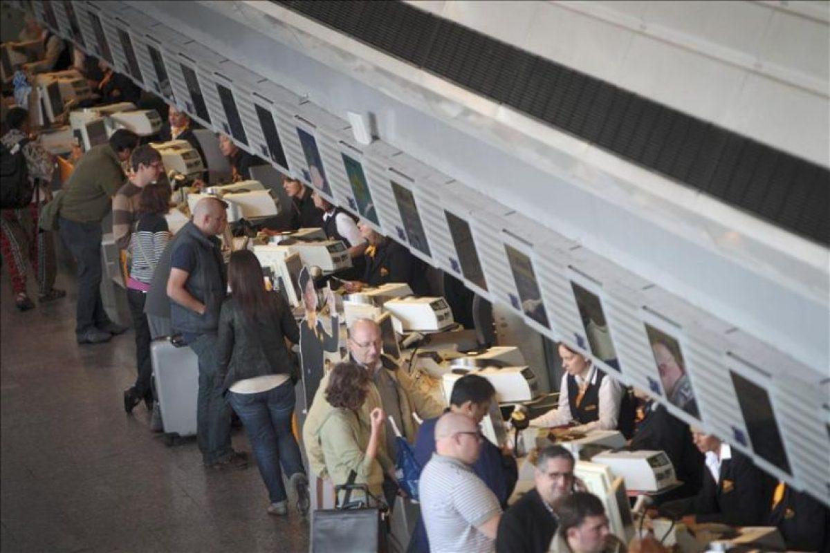 Pasajeros en mostradores de facturación hoy en el aeropuerto de Fráncfort (Alemania). EFE