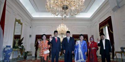 El nuevo presidente indonesio, Joko Widodo (2º iz), posa junto a su mujer, Irina (iz), el expresidente, Susilo Bambang Yudhoyono (3ºiz), y su mujer, Ani Yudhoyono (3º d), así como el vice presidente, Jusuf Kalla (d), y su mujer, Mufidah Kalla (2º d), tras una ceremonia militar de bienvenida al Palacio Presidencial en Yakarta. EFE