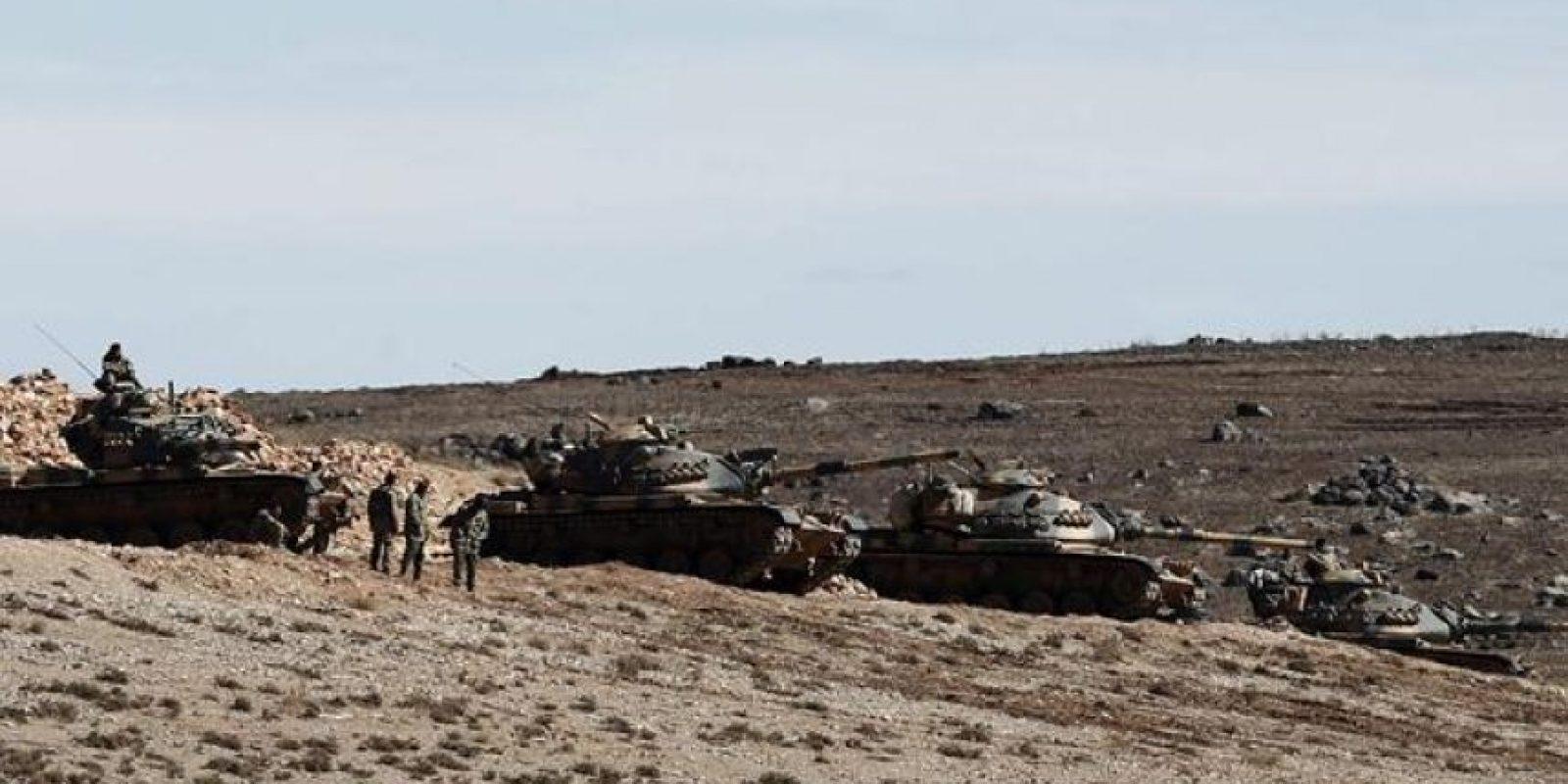 Tanques turcos toman posiciones en una colina en Sanliurfa, Turquía, hoy, lunes 20 de octure de 2014, mientras continúa el enfrentamiento entre milicias kurdo sirias y militantes del grupo yihadista Estado Islámico (EI) en la ciudad kurdo siria de Kobani. EFE