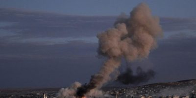 Una explosión tras un bombardeo presuntamente efectuado por la coalición internacional, liderada por EEUU, en el enclave kurdo sirio de Kobani, en la frontera con Turquía, hoy, lunes 20 de octure de 2014. EFE