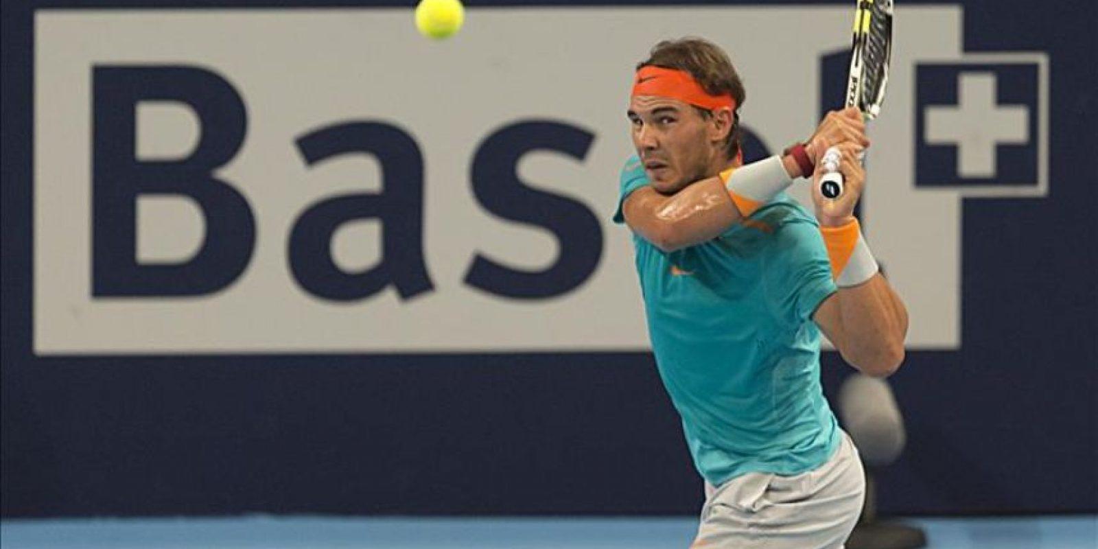 El tenista espaol Rafael Nadal devuelve una bola al italiano Simone Bolelli, durante el partido de primera ronda del torneo de Suiza que se disputa en el Jakobshalle de Basilea. EFE