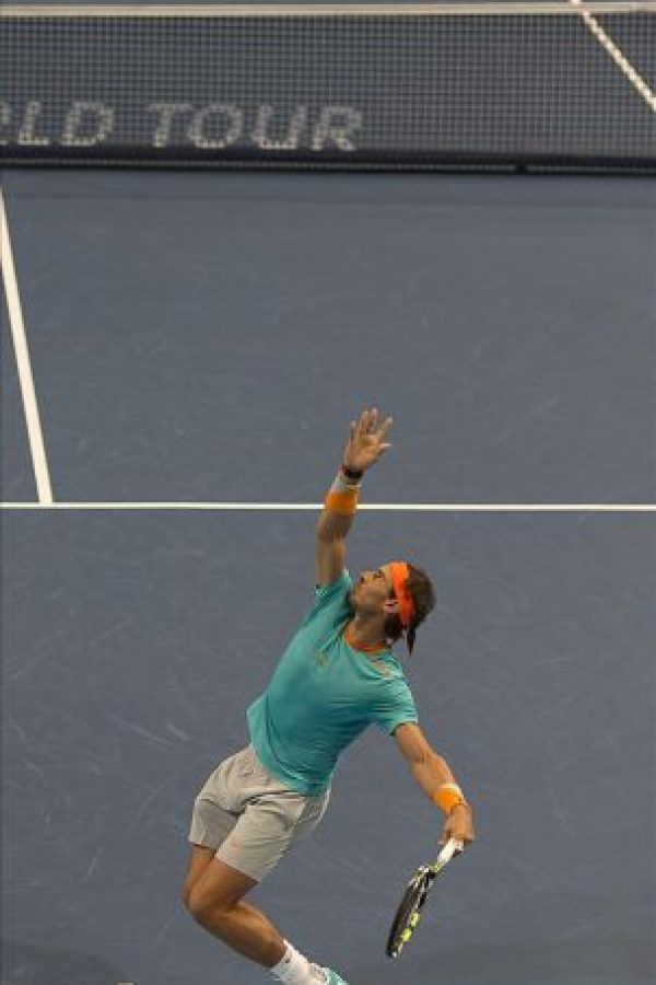 El tenista espaol Rafael Nadal sirve una bola al italiano Simone Bolelli, durante el partido de primera ronda del torneo de Suiza que se disputa en el Jakobshalle de Basilea. EFE