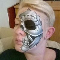 Incluso convierte en metal sus huesos Foto:Facebook/The Painting Lady