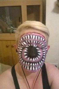 Aquí la vemos cubierta de colmillos Foto:Facebook/The Painting Lady