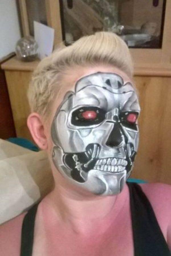 Aquí presenta el esqueleto de un robot Foto:Facebook/The Painting Lady