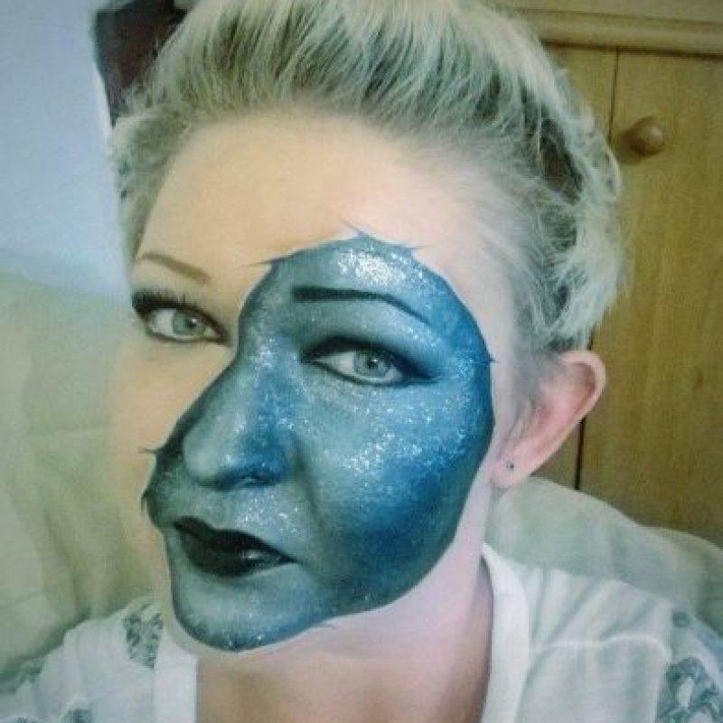 Con una máscara azul Foto:Facebook/The Painting Lady