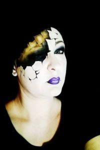 Es capaz de romper su propio rostro Foto:Facebook/The Painting Lady