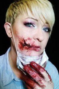 Aquí con una herida en la boca muy real Foto:Facebook/The Painting Lady