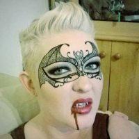 Con un antifaz de vampiro Foto:Facebook/The Painting Lady
