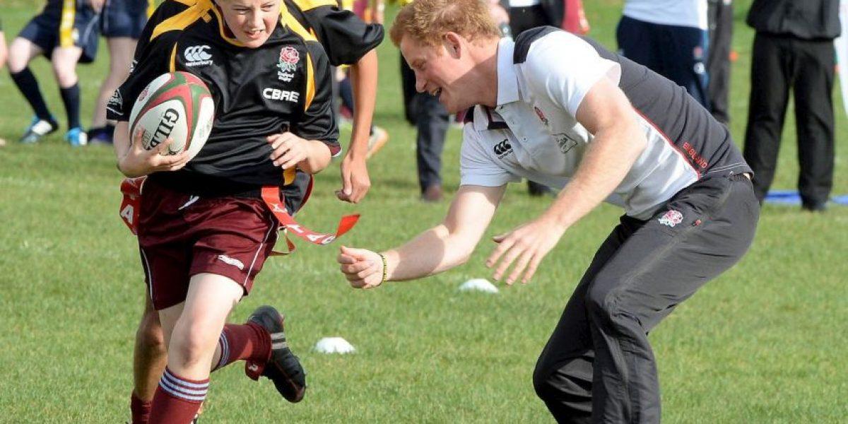 FOTOS: El Príncipe Harry sorprendió a un grupo de niños que jugaban rugby