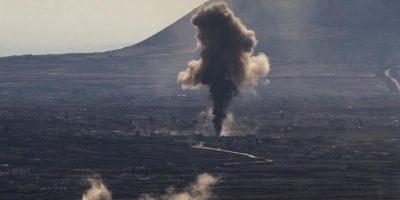 Columnas de humo se elevan entre varias residencias de la aldea de el-Hmidaiah junto a la frontera Siria, en Quneitra, Israel, hoy, 21 de octubre de 2014, durante enfrentamientos entre el ejército del régimen de Bachar al Asad y los rebeldes. EFE