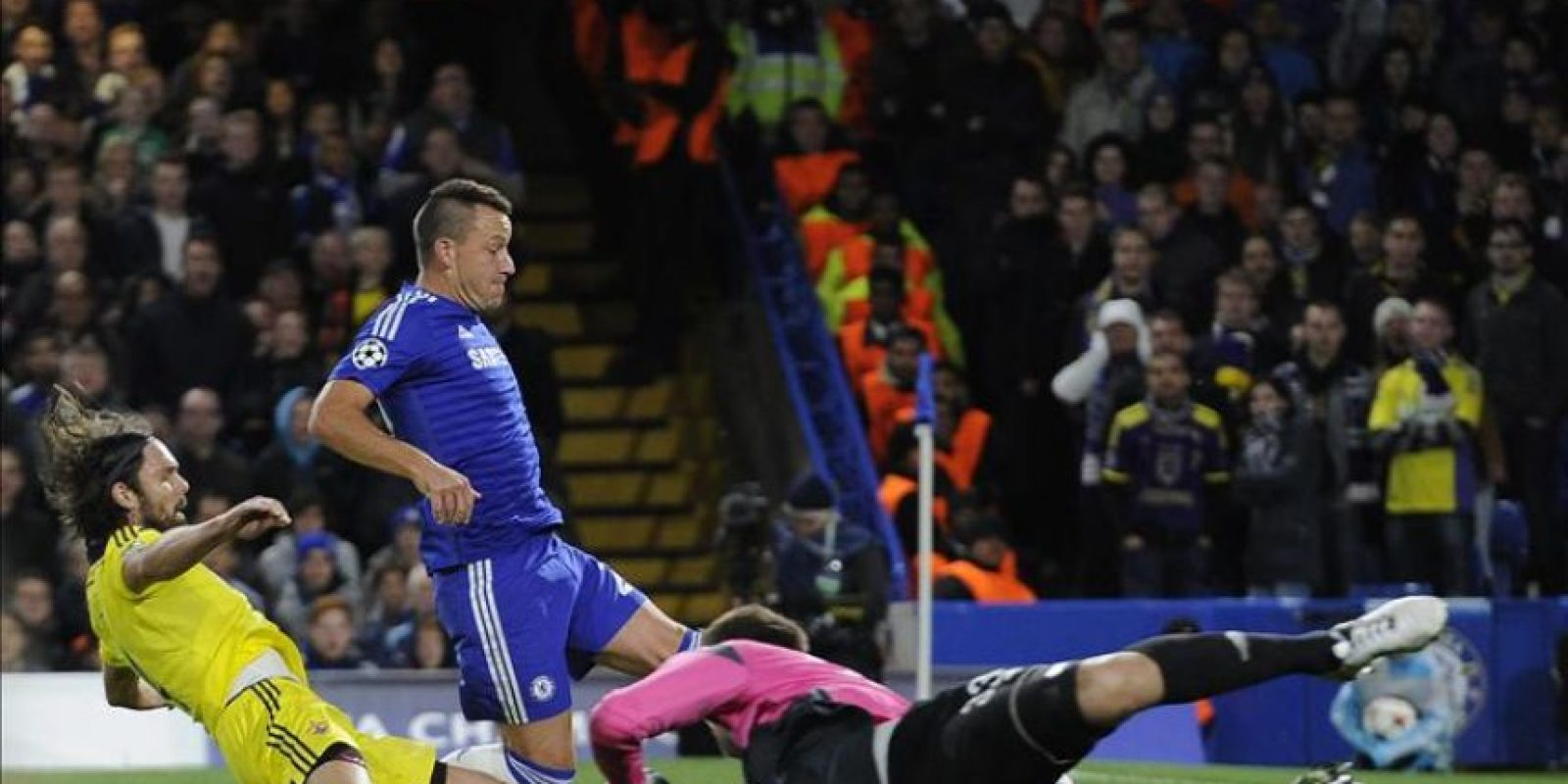 El jugador del Chelsea John Terry (C) anota un gol ante el Maribor hoy, martes 21 de octubre de 2014, durante el juego del grupo G de la Liga de Campeones. EFE