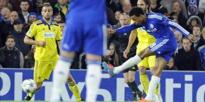 El jugador del Chelsea Loic Remy (d) anota un gol ante el Maribor durante el juego del grupo G de la Liga de Campeones que se disputa en el estadio Stamford Bridge de Londres, Reino Unido. EFE