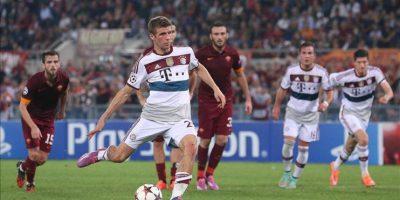 Thomas Muller (c) del Bayern Munich anota de penalti ante la Roma durante un partido de la Liga de Campeones de la UEFA en el estadio Olímpico de Roma (Italia). EFE