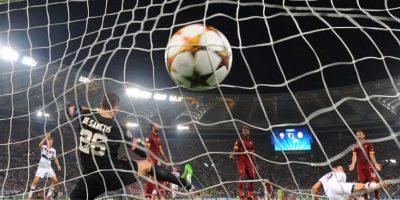 El guardameta de la Roma Morgan De Sanctis (i) al recibir un gol del Bayern Munich durante un partido de la Liga de Campeones de la UEFA en el estadio Olímpico de Roma (Italia). EFE