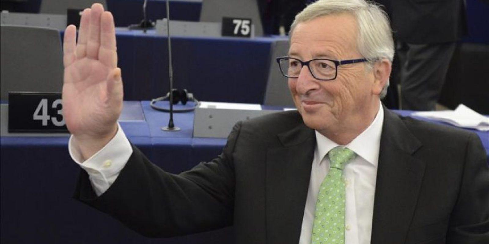 El presidente electo de la Comisión Europea (CE), Jean-Claude Juncker, saluda a su llegada al pleno en el Parlamento Europeo en Estrasburgo (Francia). EFE