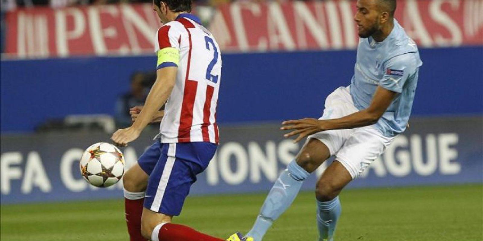 El defensa uruguayo del Atlético de Madrid Diego Godín (i) intenta evitar el centro del sueco Isaac Kiese Thelin, delantero del Malmoe, durante el partido, correspondiente a la tercera jornada de la fase de grupos de la Liga de Campeones en el estadio Vicente Calderón, en Madrid. EFE