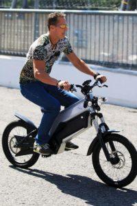 Manejaba su bicicleta eléctrica. Foto:Getty Images