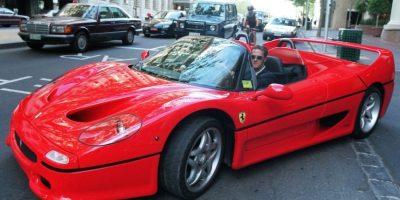 Con estilo a bordo de su auto Ferrari. Foto:Getty Images