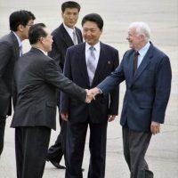 El negociador norcoreano para el diálogo nuclear, Kim Kye-gwan (i), recibe al ex presidente estadounidense Jimmy Carter (d) a su llegada el 25 de agosto de 2010, al aeropuerto de Pyongyang (Corea del Norte). EFE