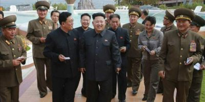 Fotografía facilitada ayer, que muestra al líder norcoreano Kim Jong-Un (izda) inspeccionando el recién construido complejo residencial para científicos al sur de Piongyang (Corea del Norte). EFE