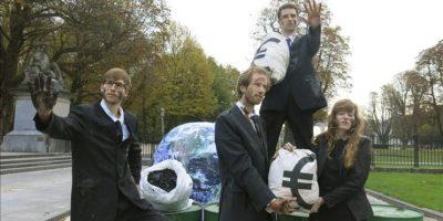 Manifestantes de la ONG Oxfam concentrados en Bruselas para pedir a los estados miembros que establezcan objetivos más ambiciosos en la política energética y de clima 2030, y se alejen de las energías fósiles. EFE