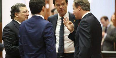 El primer ministro británico, David Cameron (d); charla con el primer ministro italiano, Matteo Renzi (2-i), el presidente de la Comisión Europea, Jose Manuel Durao Barroso, y el primer ministro holandés, Mark Rutte, durante el segundo día de la cumbre de jefes de Estado y de Gobierno de la Unión Europea, en Bruselas (Bélgica), hoy. EFE