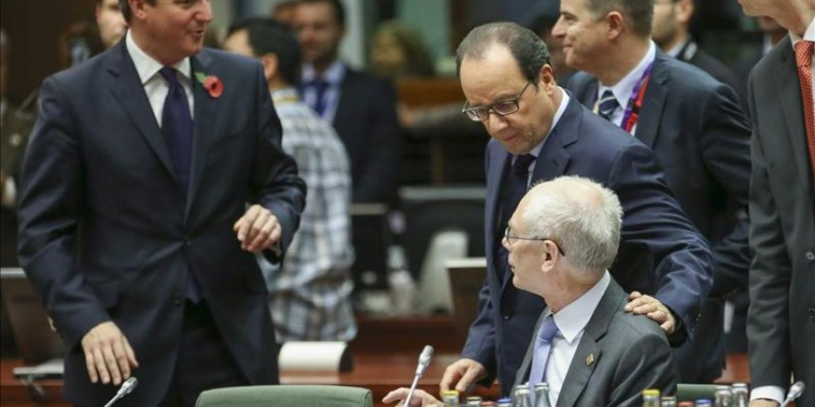 (i-d) El primer ministro británico, David Cameron; el presidente francés, François Hollande, y el presidente del Consejo Europeo (CE), Herman van Rompuy, charlan al inicio del segundo día de la cumbre de jefes de Estado y de Gobierno de la Unión Europea, en Bruselas (Bélgica). EFE
