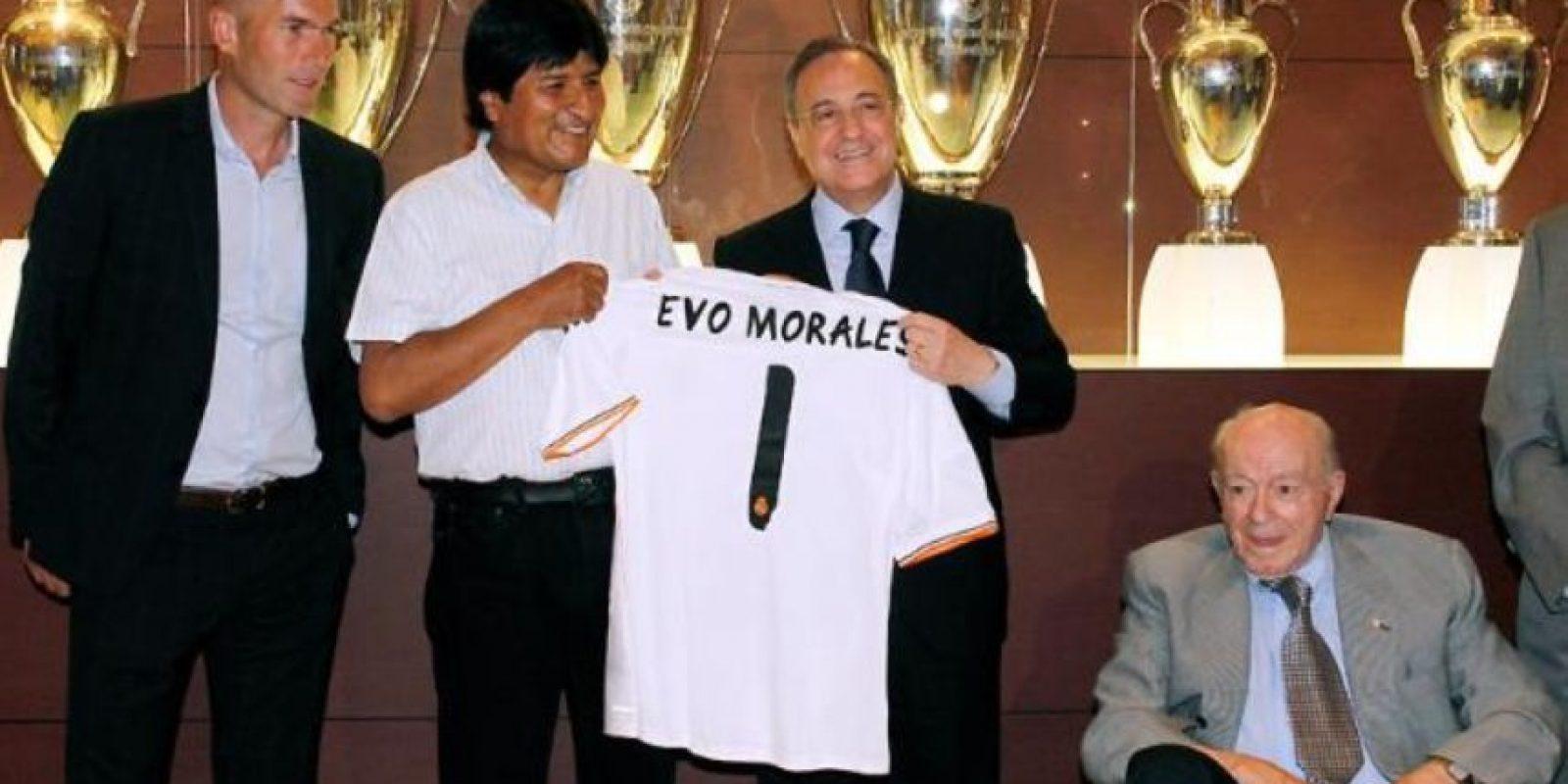 Evo Morales, presidente de Bolivia, visitó las oficinas del Real Madrid y recibió una camiseta con su nombre. Foto:Real Madrid