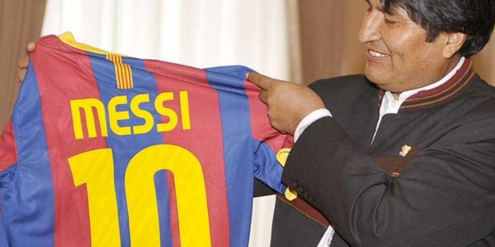 Evo también recibió una playera del Barcelona con el nombre de Lionel Messi. Foto:Barcelona