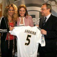 Shakira recibió una camiseta del Real Madrid con su nombre de manos de Florentino Pérez, presidente del club merengue. Foto:Real Madrid