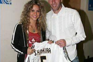 Shakira aprovechó la oportunidad para tomarse fotos con estrellas del club blanco. Foto:Real Madrid