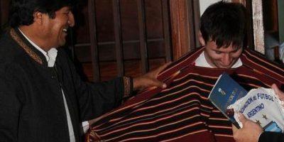 En una visita a Bolivia, Evo regaló un poncho a Messi. Morales ha dicho abiertamente que es hincha del Real Madrid en el fútbol español y del Barcelona en el ámbito europeo. Foto:vía Twitter