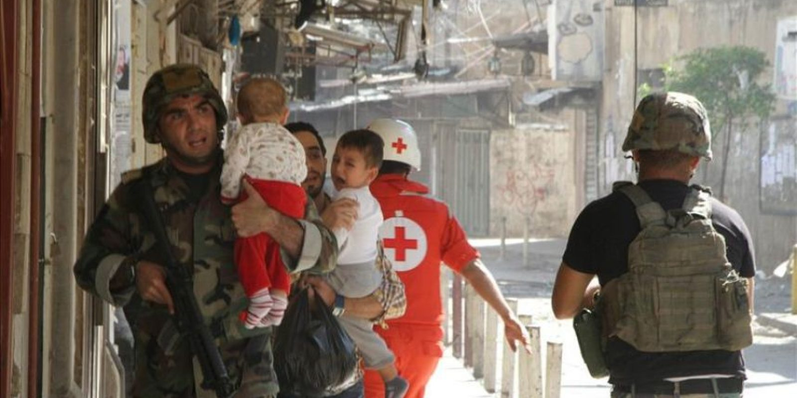 Un grupo de soldados ayudan a la evacuación de cicviles hoy en Trípoli. EFE