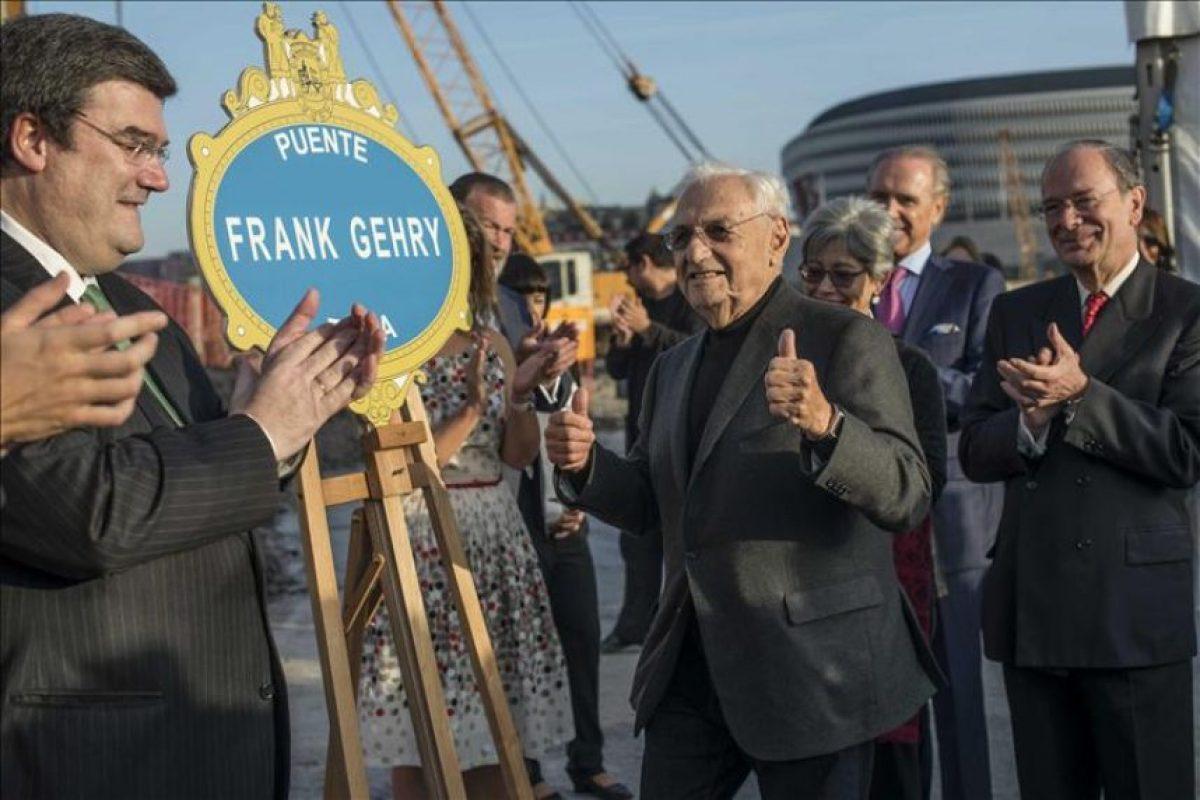 El arquitecto Frank Gehry, autor del museo Guggenheim de Bilbao, tras poner la primera piedra simbólica de un nuevo puente sobre la ría de Bilbao que llevará su nombre, un día después de recibir en Oviedo el premio Príncipe de Asturias de las Artes. EFE