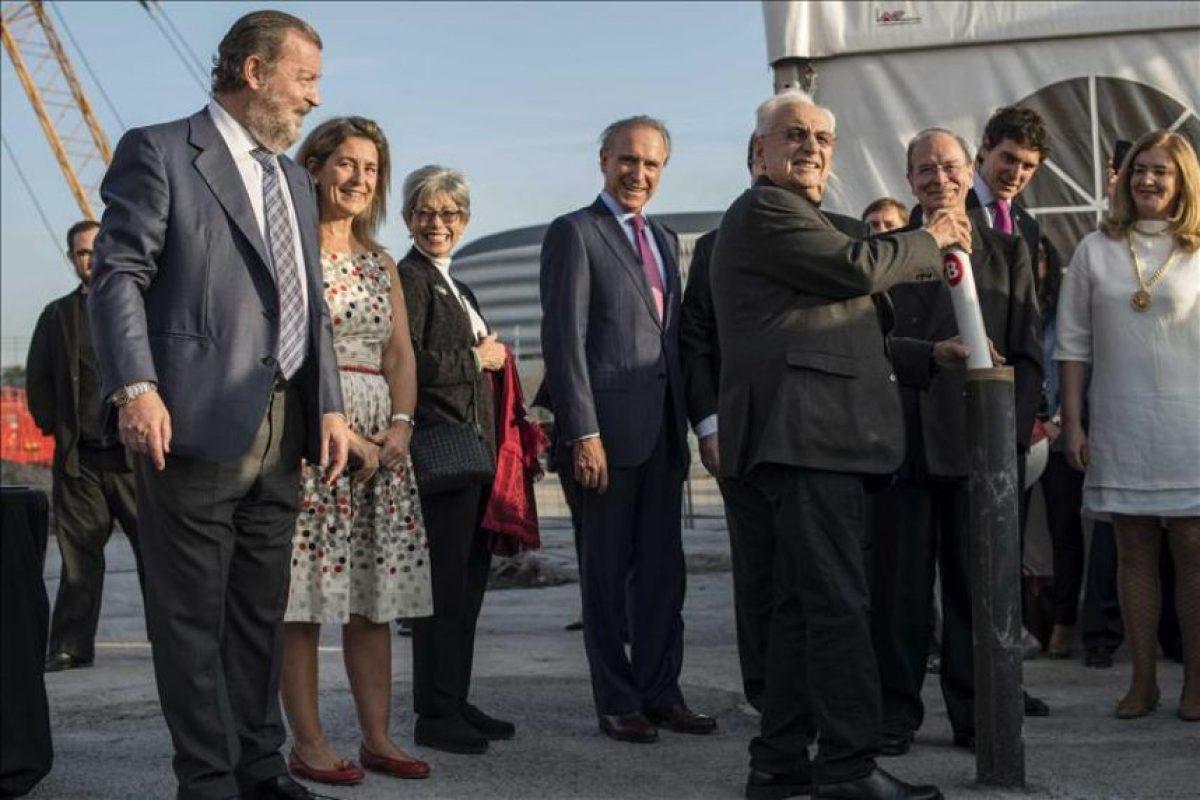 El arquitecto Frank Gehry, autor del museo Guggenheim de Bilbao, pone la primera piedra simbólica de un nuevo puente sobre la ría de Bilbao que llevará su nombre, un día después de recibir en Oviedo el premio Príncipe de Asturias de las Artes. EFE