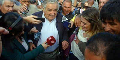 Fotografía cedida por la presidencia de Uruguay donde se ve al presidente uruguayo José Mujica (c) hablando con periodistas después de votar en las elecciones nacionales en Montevideo (Uruguay). EFE